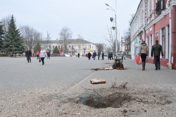 Напротив танка Бахарова спилили деревья