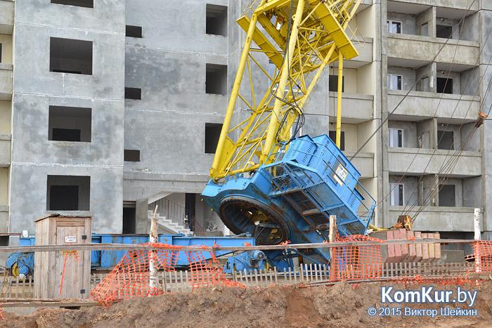 В Бобруйске на строящийся дом упал кран