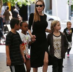 Анджелина Джоли и Брэд Питт усыновят ребенка из Сирии