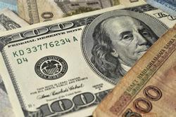 На первых в новом году торгах рубль снизился к корзине и к доллару